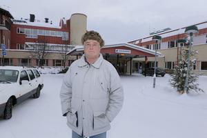 Jan-Erik Larsson framför hälsocentralen i Sveg som la över 12 miljoner kronor på stafettläkare 2015.