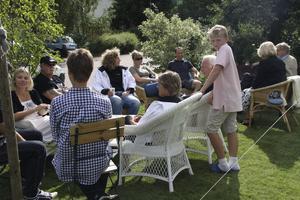 Fikar efter stöd. Maria Lindelöf och Sofia Modigh (KD) bjöd på citronkaka och bullar med partisymbol i Marias egen trädgård på Rönnby. Men bara bekanta kom. Foto: Karin Jähresten