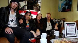 Bandet består av Daniel Eriksson, Paul Hauki, Alma Berg och Gustaf Berg, på bilden saknas Patrik Hauki och Daniel Björkbacka.