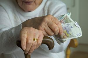 Märklig strategi. Tror dagens borgerliga politiker att den svenske pensionären, som lever på en snittpension av 11000 kronor i månaden, plötsligt finner ekonomisk motivation att fortsätta arbeta för att lägre skatt erbjuds? undrar Fred Landfors. foto: scanpix