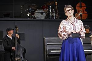 Reportern Cilla Jansson (Arabella Lyons) träffar Edla Karlsson, som i drömmen sett Åkerberg på mordplatsen I Delsbo.