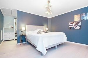 Master bedroom med walk-in closet.
