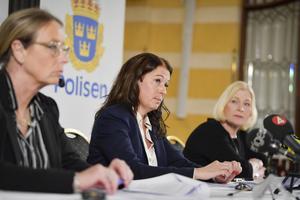 Från vänster: Kriminalinspektör Eva Andersson, åklagare Anna Lander, och kriminalinspektör Anna Nedwik, under fredagens pressträff om åtalet mot den treåriga flickans mamma.