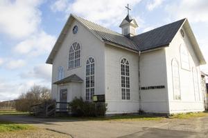 På platsen fanns tidigare ett bönhus, som revs för att göra plats åt kyrkan.