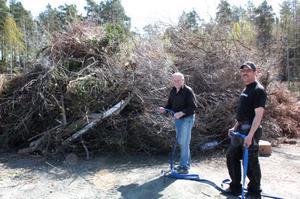 Ingemar Jonsson och Ronny Fredriksson, Stugsunds IK, förbereder säkerheten inför majkasen vid Stuvarvallen.