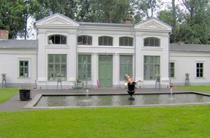 De snickrade ett antal dörrar till orangeriet på Kolsva gård i TV-programmet Sommar med Ernst. Foto: Dalfors snickeri