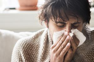 De flesta infektioner beror på virus och då hjälper ingen antibiotika. De går över, skriver