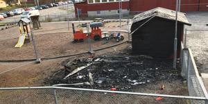 Ett förråd brann ner helt. Förrådet intill står kvar, men är illa skadat. Sara Edlund tror att alla leksaker är obrukbara. I askan finns resterna av ett antal cyklar.