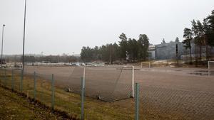 Fotbollsmålen står uppställda på grusplanen på Hölö IP. Här vill Hölö-Mörkö IF ha en elvamannaplan för sina fotbollslag. Men den rödgröna majoriteten tycker att det räcker med en plan för niomanna.