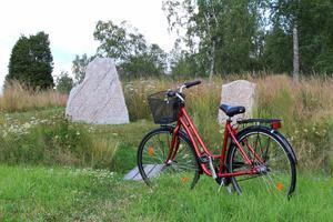 Foto: Mats Köbin      Ramsjö i Morgongåva med dess två runstenar är ett av de tänkta stoppen på cykelleden i Heby.