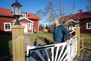 En vackert belägen gård, nära Romme, Borlänge, är familjen Bancks nya hemvist.