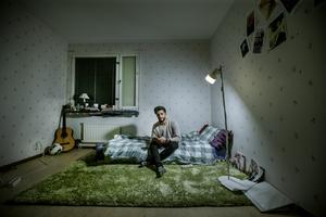 Naseer Ahmad Worday är en av cirka 40 ensamkommande som har korttidskontrakt i Öbos lägenheter. Eftersom de flyttar så ofta har de flesta bara en madrass och några mattor.