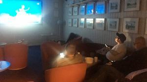 Fram emot midnatt var det ganska glest på Alliansens valvaka i Timrå. Även fast teven stod på kollade alla resultat i mobilen.