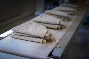 Numera viks de mjuka bröden av en maskin.
