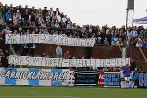 I första derbyt hade Sandvikens fans skrivit en banderoll som löd