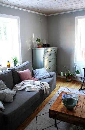 Byrån i vardagsrummet är köpt på Effecta och självklart har Kicki målat om den. Bordet har hon byggt själv.