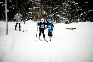 Lillasyster Astrid Falk hejar på sin storebror Isak. I bakgrunden syns Isaks sällskap, och grannen, Arnold Ellmin. Foto: Sandra Lee Pettersson