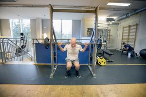 """Knäböj med vikter. Per-Eric tar i och lyfter stången – en rutin som upprepar sig fyra gånger per vecka minst. """"Det här kommer jag hålla på med så länge jag pallar"""", säger han."""