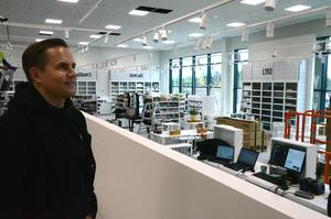 Rickard Lyko har satt all tillgänglig personal på att packa varor efter rekordförsäljningen i helgen.