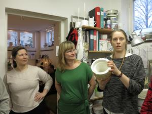Åsa, Katarina och Emma som driver Lermakarna i Östersund tillsammans. De tog emot oss och berättade om sin verksamhet för deltagarna vid STFs Revyresa till Östersund.  Foto: Kurt Söderlund