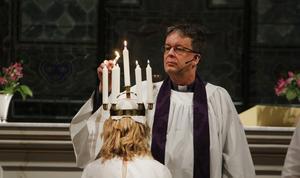 Kyrkoherde Björn Wiksten krönte lucian Emma Sving i Jakobs kyrka på torsdagskvällen.