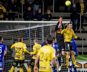 Elfsborgs Viktor Prodell i en närkamp med Sundsvalls målvakt i söndagens match lagen emellan där Prodell nätade för fjärde gången den här säsongen.  Foto Adam Ihse / TT