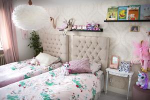 Det som tidigare var föräldrasovrum har nu blivit döttrarna rum. En riktig prinsessdröm i alla nyanser av rosa.
