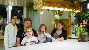 Jocke Eriksson och Frida Engstrand efter inbrottet. Barnen Zeinab, Kalle och Maja hade fått skjuts till skolan. (Arkivbild)