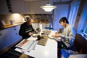 Jan Tiberg  har kokat havregrynsgröt. Han äter frukost tillsammans med Taqi Ahmadi innan det är dags att för Taqi att gå till skolan.