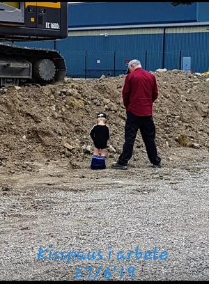 Barnbarnet Gustav 2,5 år, är snart blöjfri. Sommartid och pinka ute, är en bra tid att bli blöjfri – då får även vuxna visa att man kan. Pinkpaus i arbete. Foto: Maria Haglund.