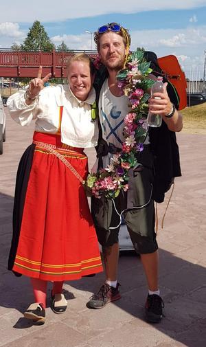 Bild: Privat  Framme i Mora gick Erik Landin genom Vasaloppsmålet och möttes där av kranskullan Karin Persson från Sollerön.