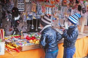 Barn spanar in leksakerna vid ett stånd på 1970-talet. (Bild: Örebro stadsarkiv)