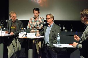 Jörgen Andersson (M), ledamot i kulturnämnden talar. Vid hans sida står Jörgen Palmqvist (C) också ledamot i kulturnämnden och Jesper Brandberg (L) oppositionsråd. Foto: Frida Lundén