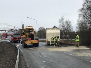 En ny lastbil kallades upp för att hämta containern.
