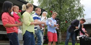 Det behövs mer folk i Härjedalen, det är en av flera centrala frågor för kommunens utveckling. Här är det kommunalrådet Anders Häggkvist som hälsar några nyfödda invåndare välkomna i Vemdalen på midsommar får några år sedan.