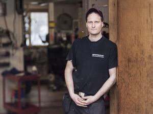 Tobias Messing driver Serviceverkstaden i Hallstavik sedan en tid tillbaka. Han fixar allt från bilar och mopeder till cyklar.