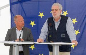 Morgan Johansson och EU-kommissionär Christos Stylianides höll ett kort anförande för media i ett av vita tälten när de besökte Camp Färila.