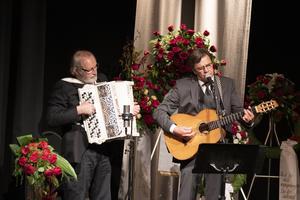 Jens Kristensen, gitarr och sång, samt Bosse Persson, dragspel, var två av dem som stod för de musikaliska inslagen.