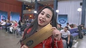 Haide Mustafa med den åtråvärda guldbiljetten i sin hand. Foto: TV 4