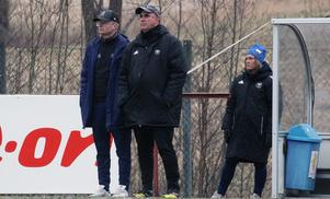 Opes två huvudtränare, Pär Sandström och Robert Wassdahl, i bortamatchen mot KD. Sandström lämnar Ope och kommer att ersättas av en ny kraft.
