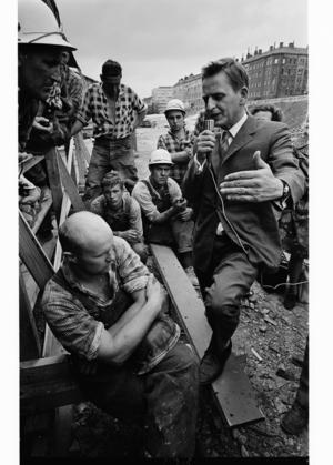 Olof Palme såg sig själv som framför allt en folkmötestalare. Stor eller liten publik spelade ingen roll. Det var betydligt bättre än TV. Foto: Jean Hermanson