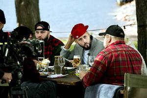 Medina och de andra artisterna samlas med Kalle Moraeus runt lunchebordet.