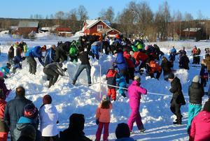 Drygt 200 personer fanns på plats för att gräva efter bandybollar i den uppskottade snöhögen.