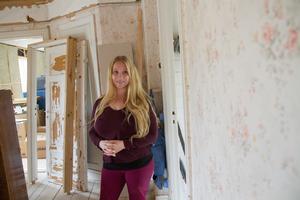 På övervåningen är det fortfarande mycket arbete kvar.  På väggarna finns rester av gamla vackra tapeter.