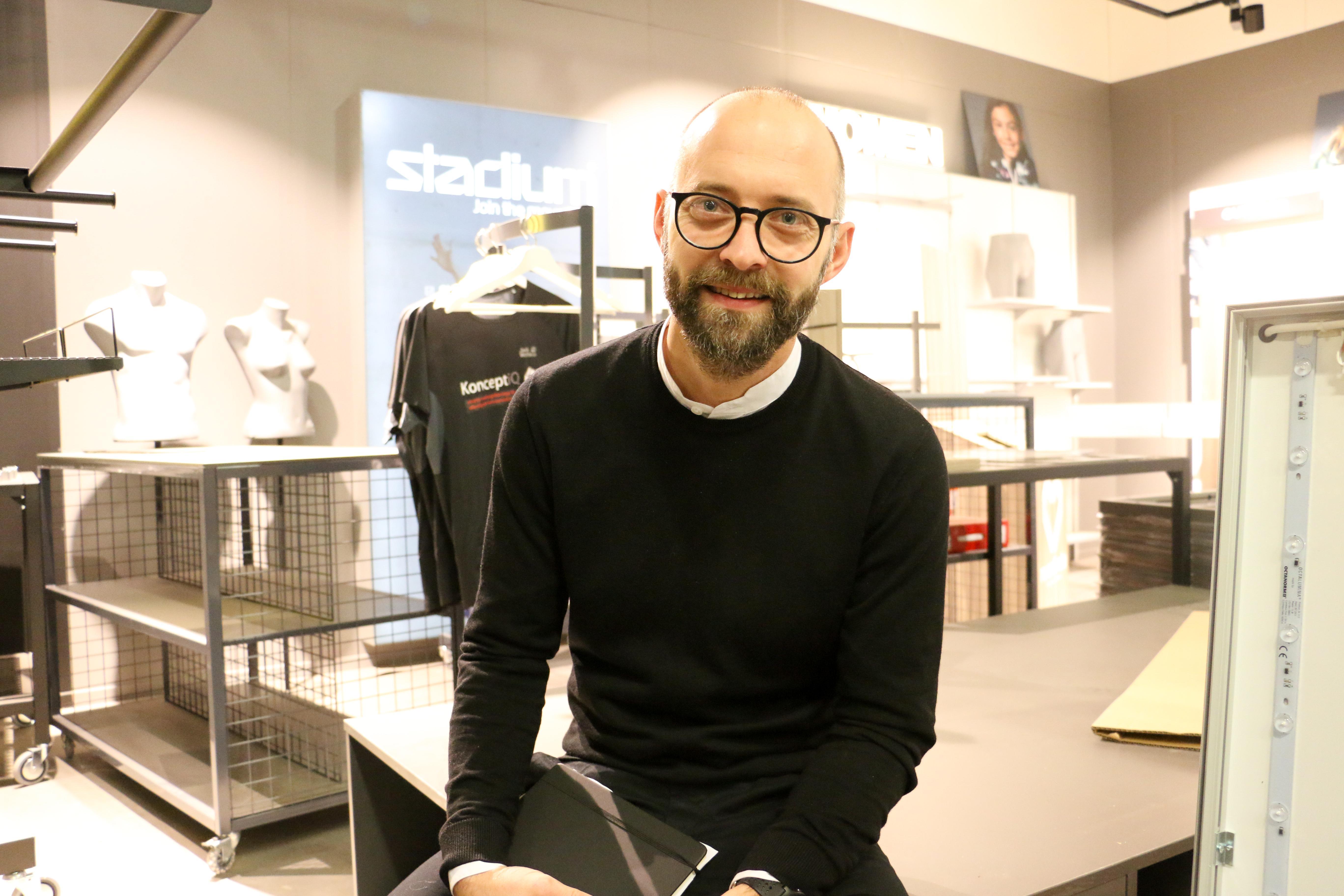 Bakom ryggen har Erik Hagerius, vd för butiksinredningsföretaget Nitton93, den senaste utskeppade produkten: det nya utseendet för Stadiums butiker. Nitton93 koncentrerade sin verksamhet till Kumla i början av året och finns nu i Rumas gamla lokaler i Sörbyområdet.