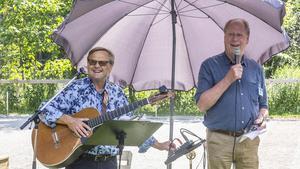 PRO Fagerstas ordförande Hans Pernäng (till höger) hälsade medlemmarna välkomna till firandet. Musikern Bengt-Olov Filmersson från Hedemora stod för underhållningen.