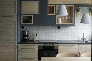 Underdelen i köket är traditionell medan överdelen är platsbyggd. Det är en mix av Ikea och specialsnickeri från Nomvd Wood Co.