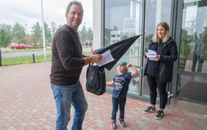 Rektorn på Vasagymnasiet i Arboga Per Gamalielsson fick också lappen  som föräldraföreningen delade ut. Här medåkersbon Selam 4 år tillsammans med Amy Stengård.