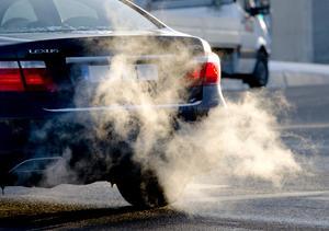 All forskning visar att vägbyggen ökar bilåkandet, antalet bilar och därmed klimatutsläppen, skriver debattförfattarna.