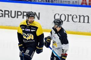 Christoffer Persson (vänster) får nu åter börja träna med övriga laget.